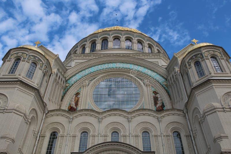 Kronstadt Zeekathedraal en blauwe hemel stock afbeeldingen