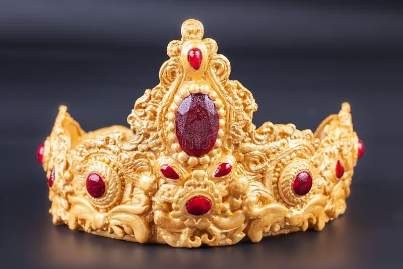 Kroon - Detail van de Heerlijke cake van de luxeverjaardag stock foto's