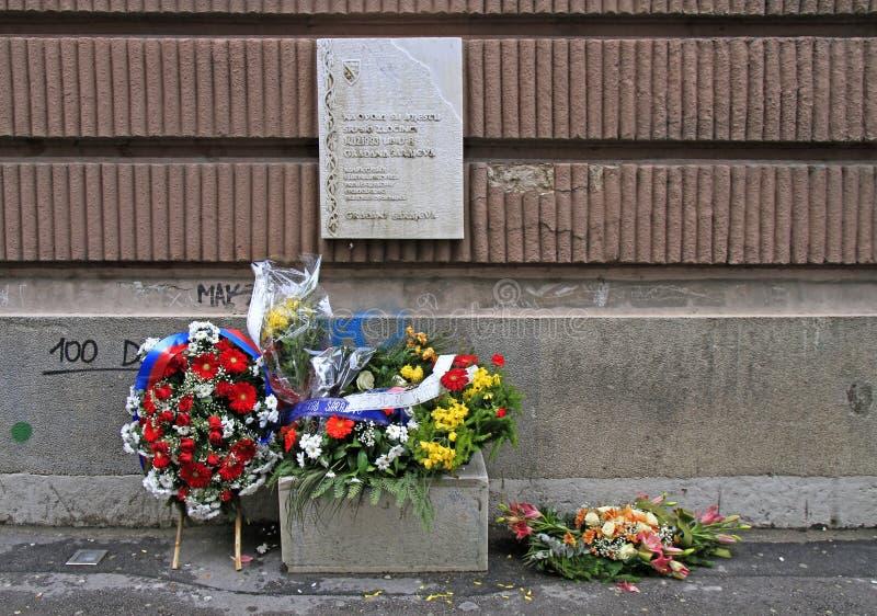 Kroon en bloemen op oplace van dood van mensen in bosnische oorlog stock afbeeldingen