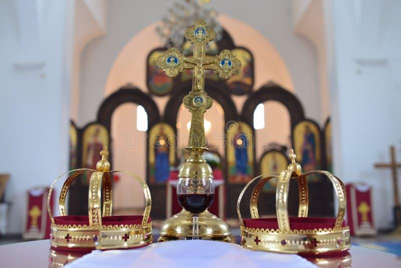Kroon en kruis voor huwelijk stock afbeeldingen