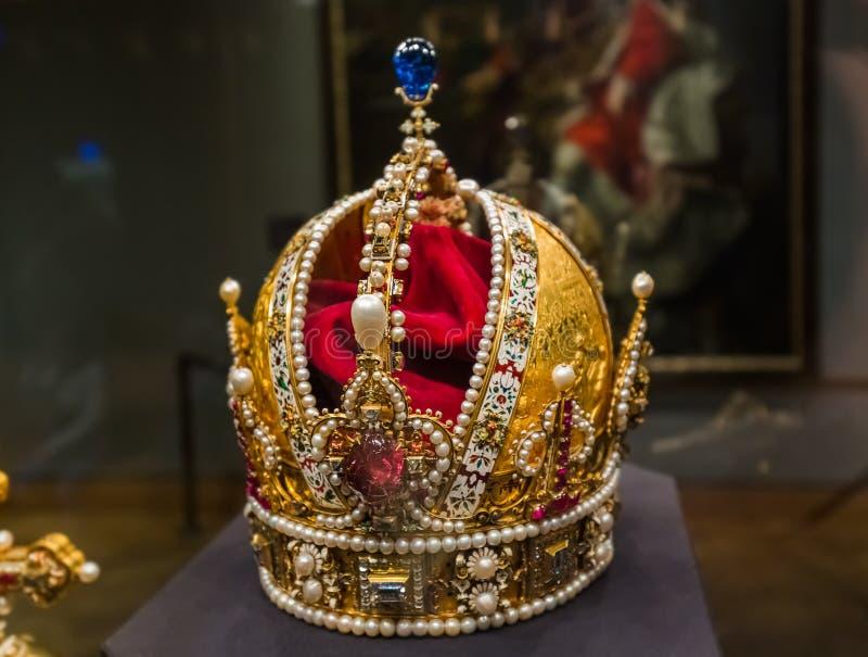 Kroon in het paleis van Museumhofburg in Wenen Oostenrijk stock afbeeldingen