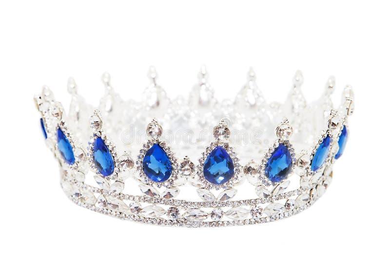 Kroon met saffier op witte achtergrond wordt geïsoleerd die Koninklijk Symbool royalty-vrije stock afbeeldingen