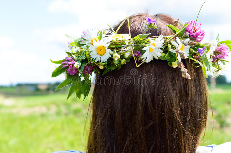 Kroon van bloemen op het hoofd van de vrouw royalty-vrije stock fotografie