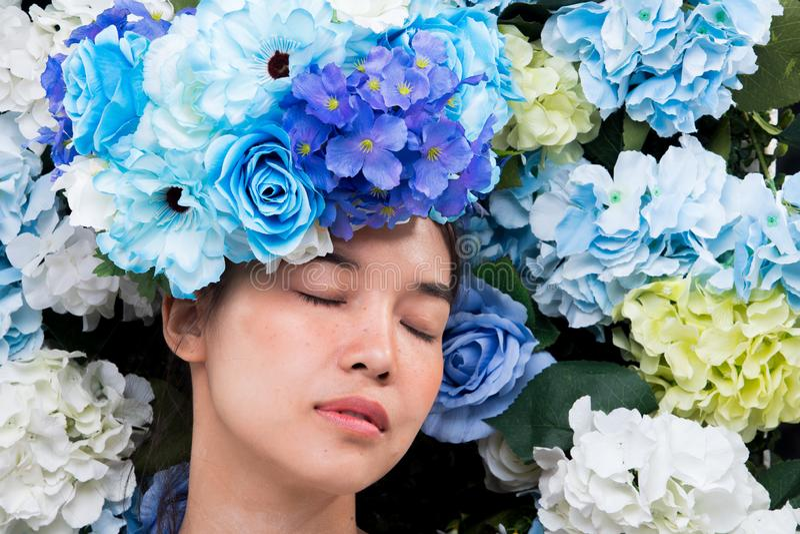 Kroon van bloemenachtergrond in Rose Woman Asian stock foto