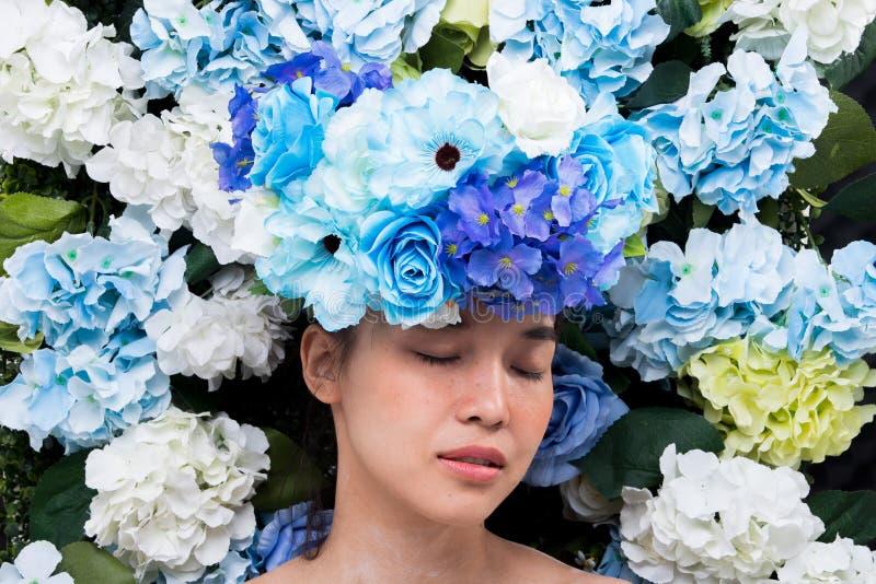 Kroon van bloemenachtergrond in Rose Woman Asian stock afbeeldingen
