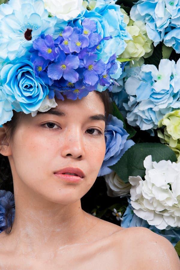 Kroon van bloemenachtergrond in Rose Woman Asian stock fotografie
