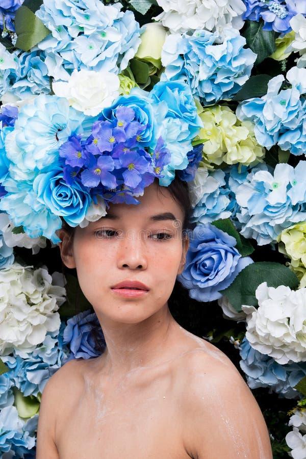 Kroon van bloemenachtergrond in Rose Woman Asian stock afbeelding