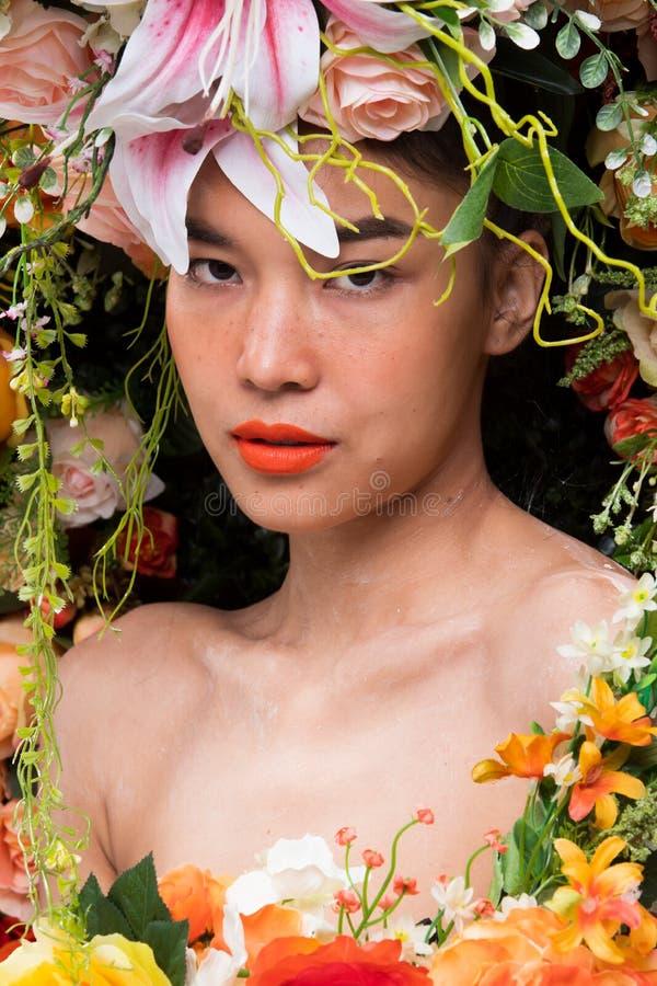 Kroon van bloemenachtergrond in Rose Woman Asian stock foto's