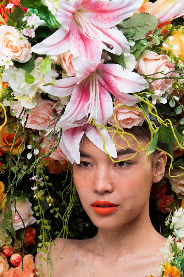 Kroon van bloemenachtergrond in Rose Woman Asian royalty-vrije stock fotografie
