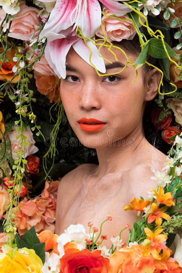 Kroon van bloemenachtergrond in Rose Woman Asian royalty-vrije stock afbeelding