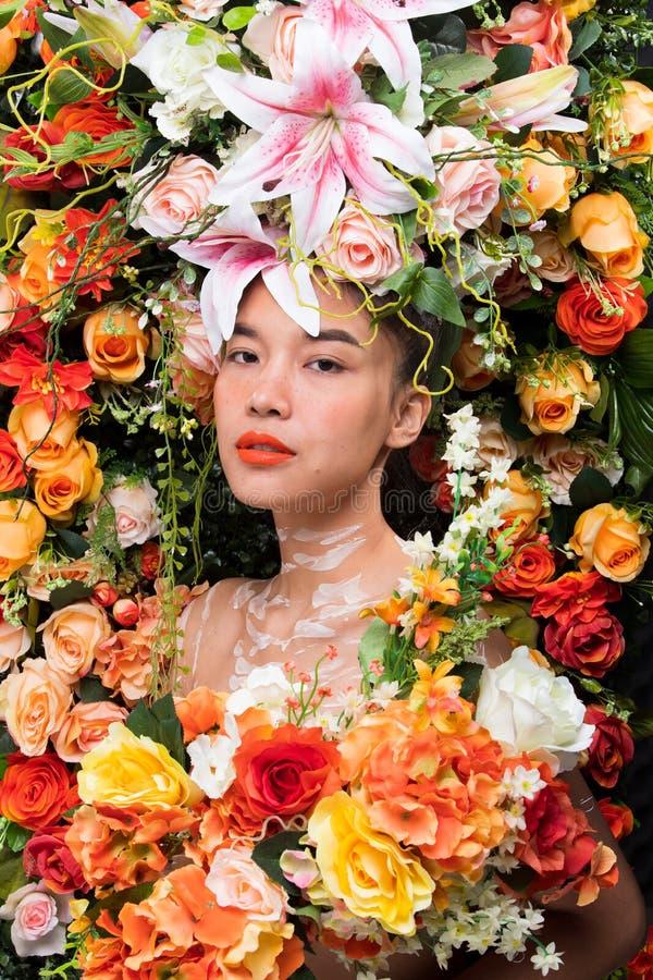 Kroon van bloemenachtergrond in Rose Woman Asian royalty-vrije stock foto's