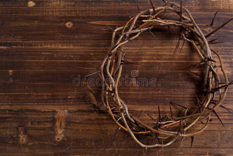 Kroon van doornen op een houten achtergrond - Pasen stock fotografie
