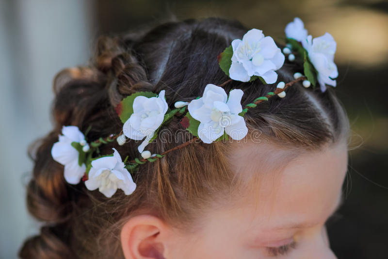 Kroon van kunstbloemen in het haar van een klein meisje, toebehoren voor haar - kronen royalty-vrije stock afbeeldingen