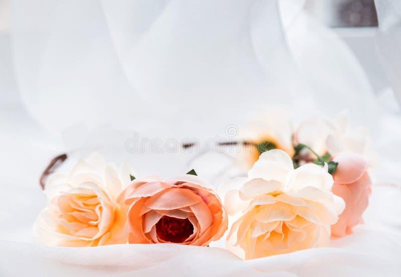 Kroon van kunstbloemen op witte stof royalty-vrije stock foto's