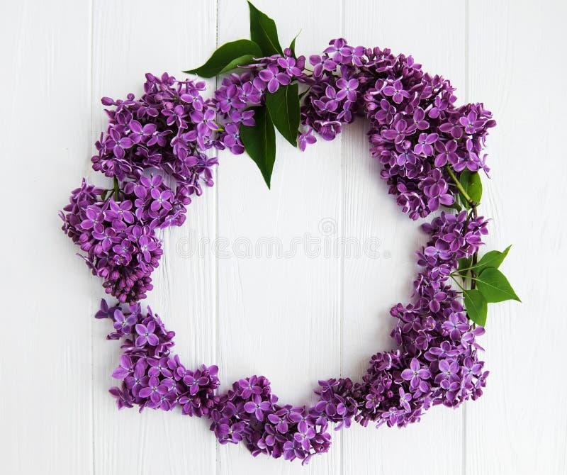 Kroon van lilac bloemen wordt gemaakt die royalty-vrije stock foto's