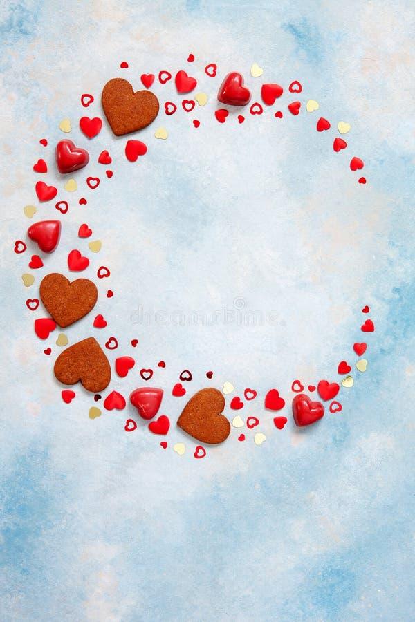 Kroon van snoepjes, koekjes en hartbeeldjes op blauwe achtergrond Concept voor de Dag van Valentine, 8 Maart en romantische ander royalty-vrije stock foto's