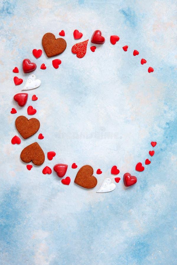 Kroon van snoepjes, koekjes en hartbeeldjes op blauwe achtergrond Concept voor de Dag van Valentine, 8 Maart en romantische ander royalty-vrije stock fotografie