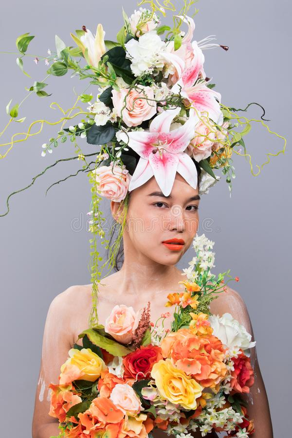 Kroon van Verse Bloem als Koningin op Aziatische Vrouw stock foto