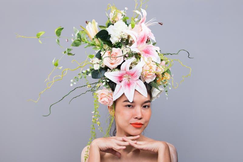Kroon van Verse Bloem als Koningin op Aziatische Vrouw stock fotografie