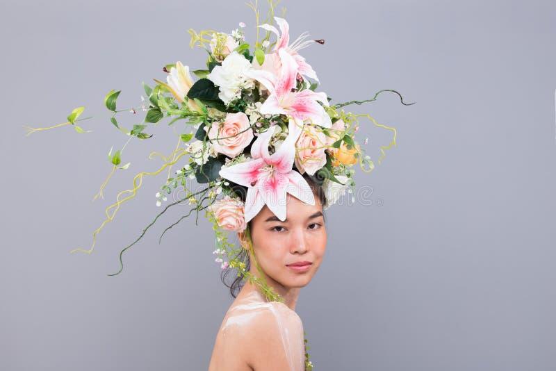 Kroon van Verse Bloem als Koningin op Aziatische Vrouw royalty-vrije stock afbeelding