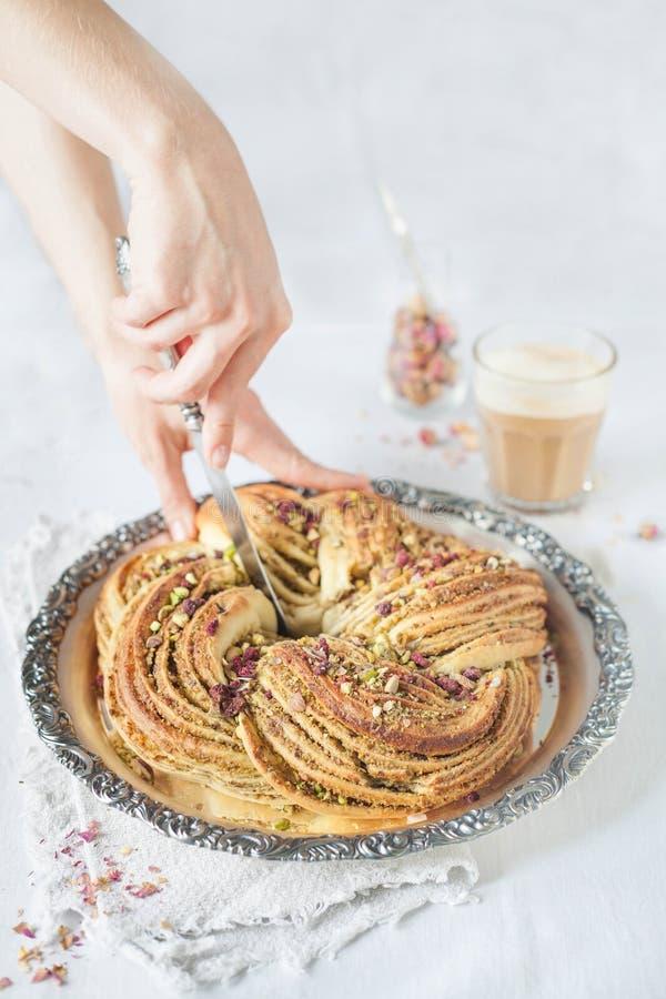 Kroonbrood op een uitstekend dienblad met pistache het vullen stock afbeeldingen