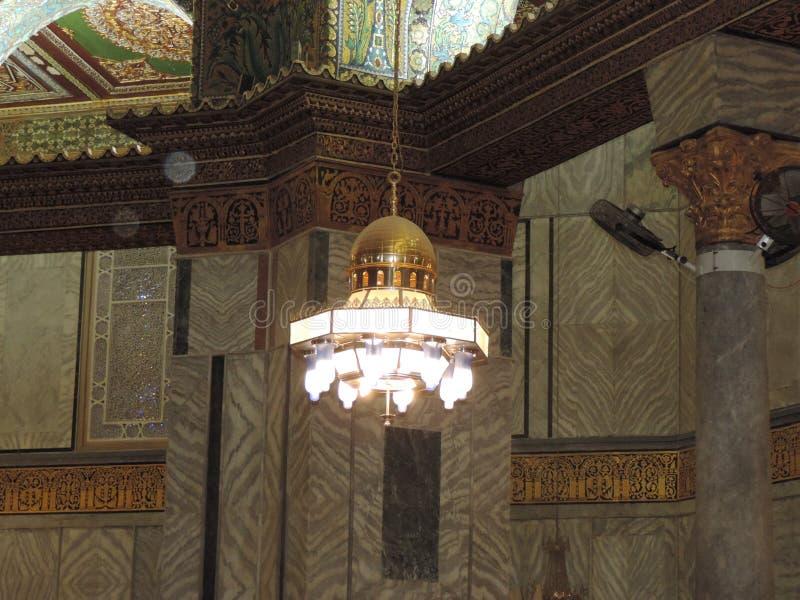 Kroonluchter die binnen al-Aqsa moskee, Jeruzalem hangen royalty-vrije stock afbeeldingen