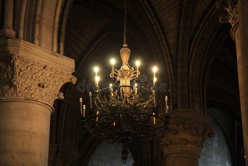 Kroonluchter Notre Dame, Parijs stock foto's