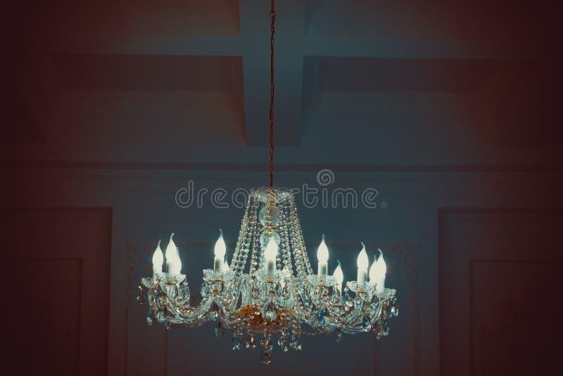 Kroonluchter in omringend licht Mooi klassiek het huisbinnenland van het Nieuwjaardecor royalty-vrije stock fotografie