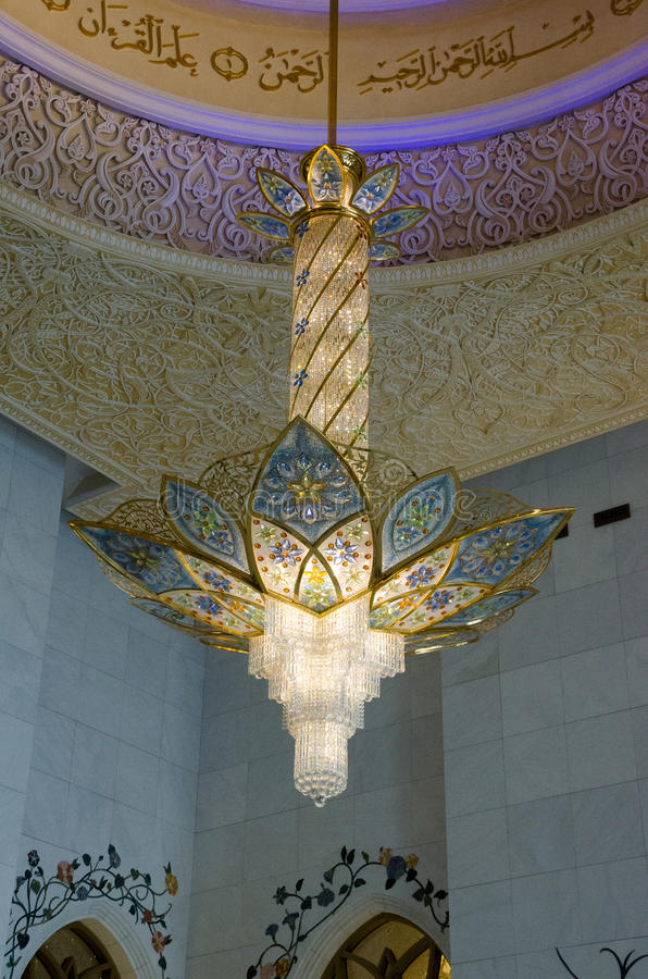 Kroonluchter in Sheikh Zayed Grand Mosque stock foto