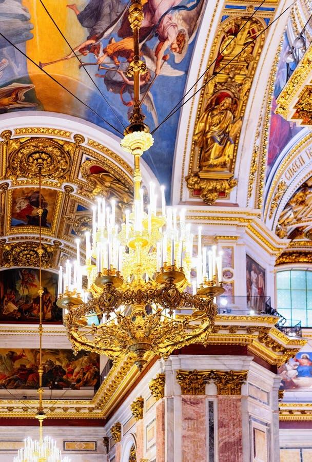 Kroonluchter zoals Binnenlands van Heilige Isaac Cathedral in St. Petersburg, Rusland stock fotografie