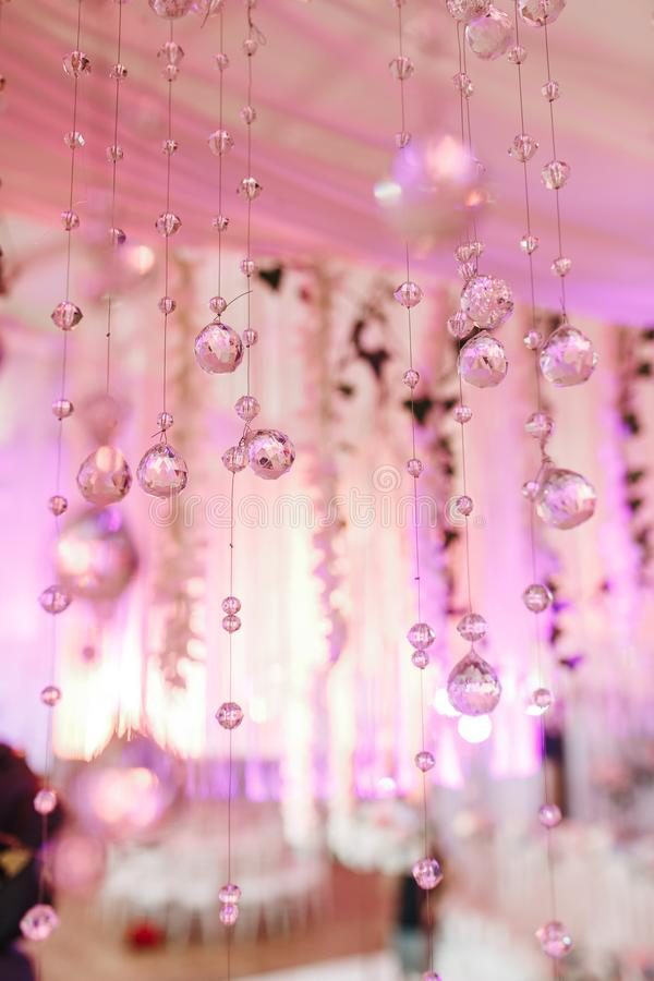 Kroonluchterlicht in binnenland, Chrystals-close-up Kristaldeel van kroonluchter Roze kleuren stock foto