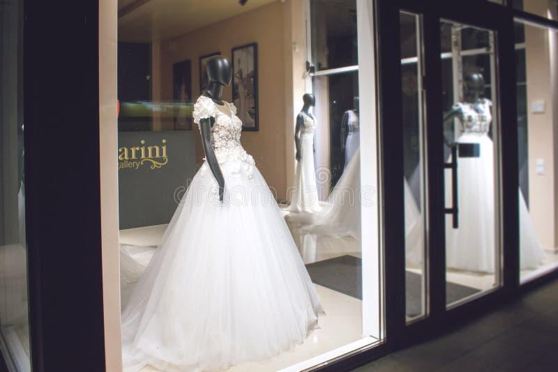 KROPIVNITSKIY;乌克兰–9月22日;2018年:在婚纱的黑母时装模特在陈列室 新娘礼服沙龙陈列室 图库摄影