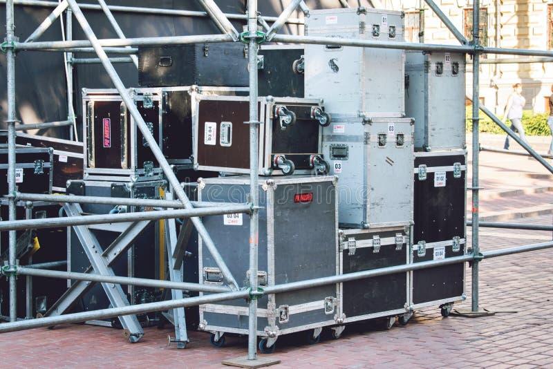KROPIVNITSKIY;乌克兰–9月16日;2017年:音乐会活动 设备的运输的盒 后边阶段设备 库存照片
