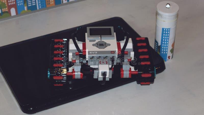 KROPIVNITSKIY, †dell'UCRAINA «12 MAGGIO 2018: Robot Mindstorms EV3 di Lego con il computer portatile Automobile robot programma immagine stock