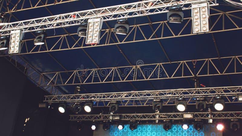 KROPIVNITSKIY; € dell'UCRAINA «16 settembre; 2017: Luce dalla scena nel giorno, prima del concerto rock Luci della fase, manifes fotografia stock libera da diritti