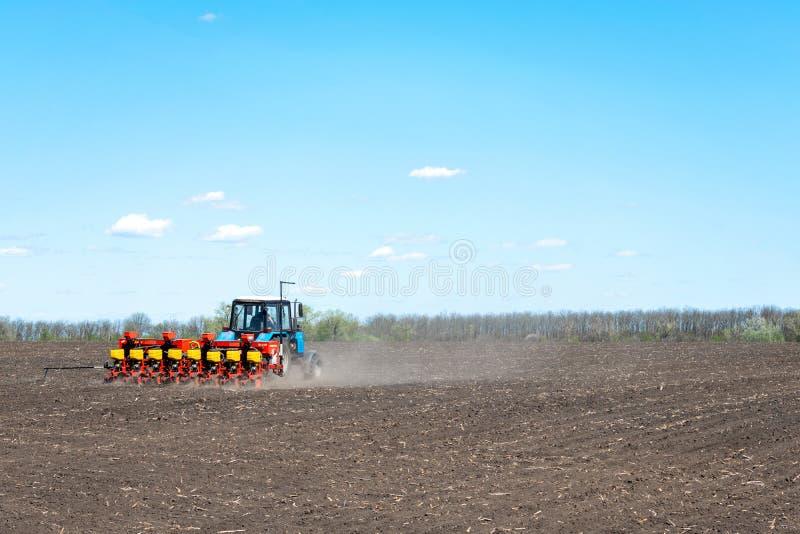 Kropivnitskiy, Ucrânia – 12 podem, 2018: o trator semeia o milho em um campo arado em um dia ensolarado semeação do trator - seme imagens de stock