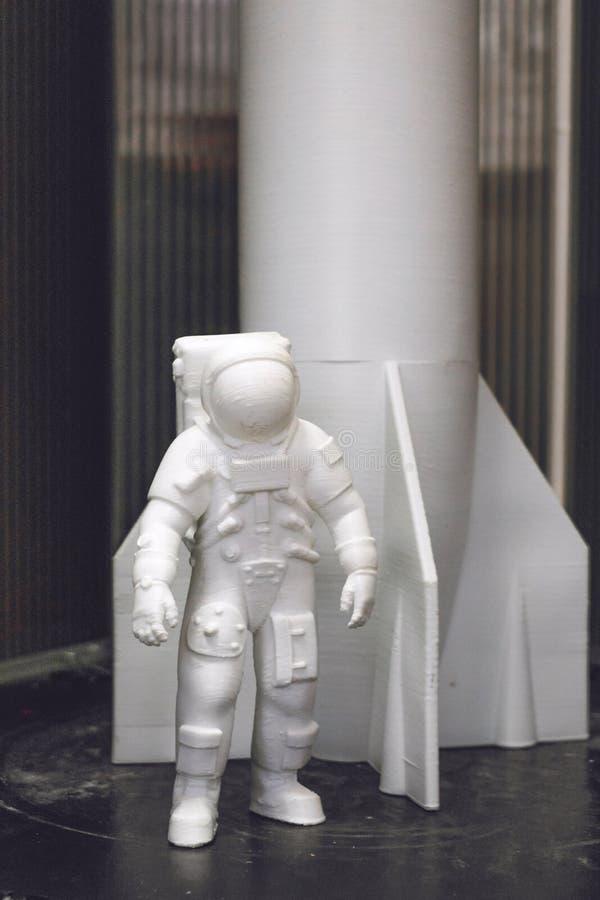 Kropivnitskiy, Ucraina – 12 possono, 2018: 3D ha stampato l'astronauta, il cosmonauta, il robot e la navetta spaziale, razzo sui  immagini stock