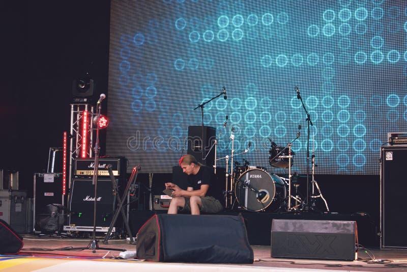 """KROPIVNITSKIY; UKRAINA †""""16 September; 2017: Upprepning av vaggar musikmusikbandet Trimma för konsertljudutrustning En man trim arkivfoto"""