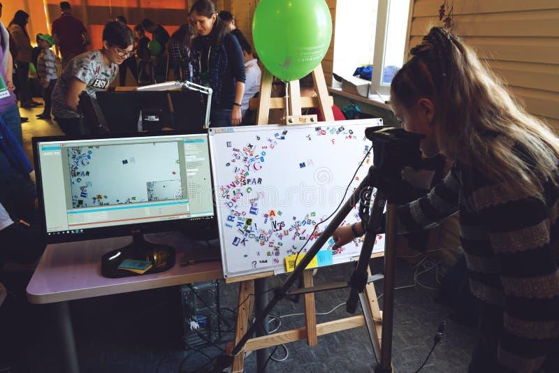 Kropivnitskiy, Ukraina 12 Maj, 2018: Dziewczyny robić Zatrzymuje ruch animacji proces z magnesowymi listami, papierowy abecadło n fotografia royalty free