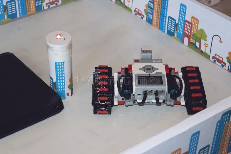 KROPIVNITSKIY, UKRAINA ? ?12 MAJ, 2018: Lego robot Mindstorms EV3 z laptopem Programmable cztery 4WD koło przejażdżki mechaniczny zdjęcia stock