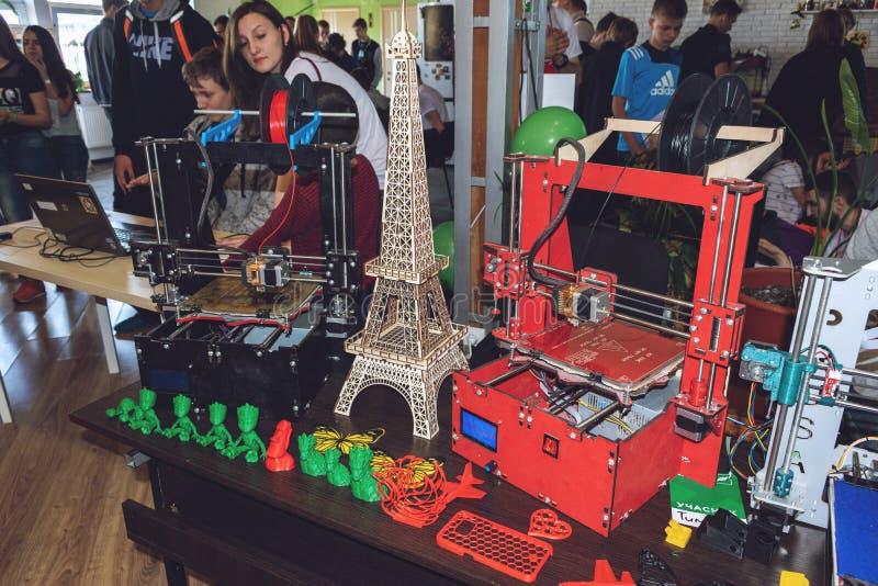 KROPIVNITSKIY, UKRAINA – 12 MAJ, 2018: Sklejkowy 3D drukarki graber i3 Drewniana Trójwymiarowa drukowa maszyna i różnorodny 3D fotografia royalty free