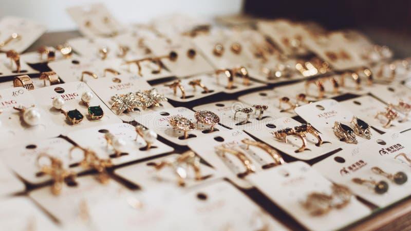 """Kropivnitskiy, Ukraine-†""""am 27. Mai 2019: Luxusgoldschmuck-Ohrringhintergrund, selektiver Fokus Stilvolle schöne Ohrringe lizenzfreies stockbild"""