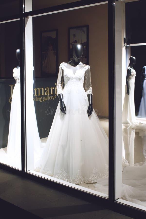 """KROPIVNITSKIY; UKRAINE-†""""am 22. September; 2018: Schwarzes weibliches Mannequin im Hochzeitskleid im Schaukasten Brautkleidsalo lizenzfreie stockbilder"""