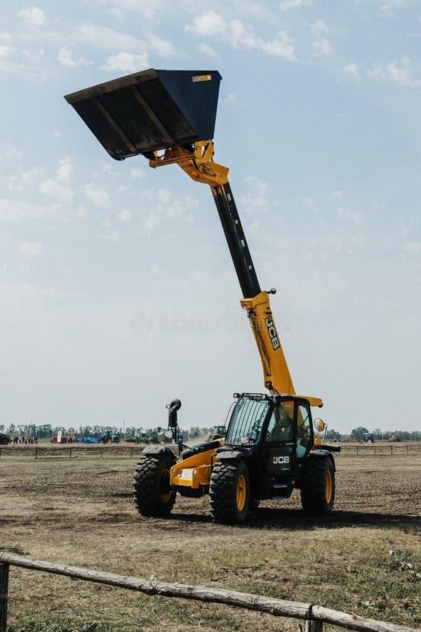 Kropivnitskiy, Ukraine le 20 avril 2019 : Le chargeur de seau de JCB, tracteur avec le seau a augmenté exposition de site de démo photo stock