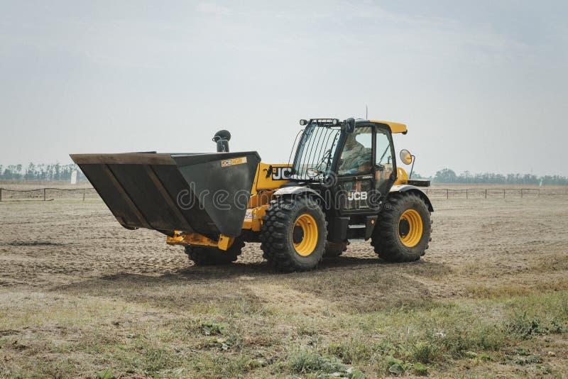 Kropivnitskiy, Ukraine le 20 avril 2019 : Le chargeur de seau de JCB, tracteur exposition AgroExpo de site de démonstration à une image stock