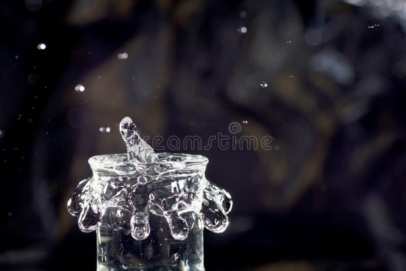 Kropla przynosi beczkę przelewać się fotografia royalty free