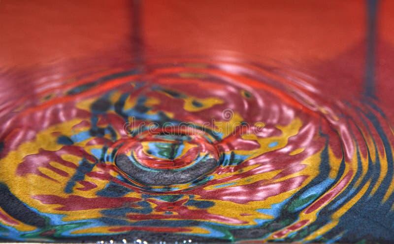 Kropla woda lub fluid tworz?cy fotografia royalty free
