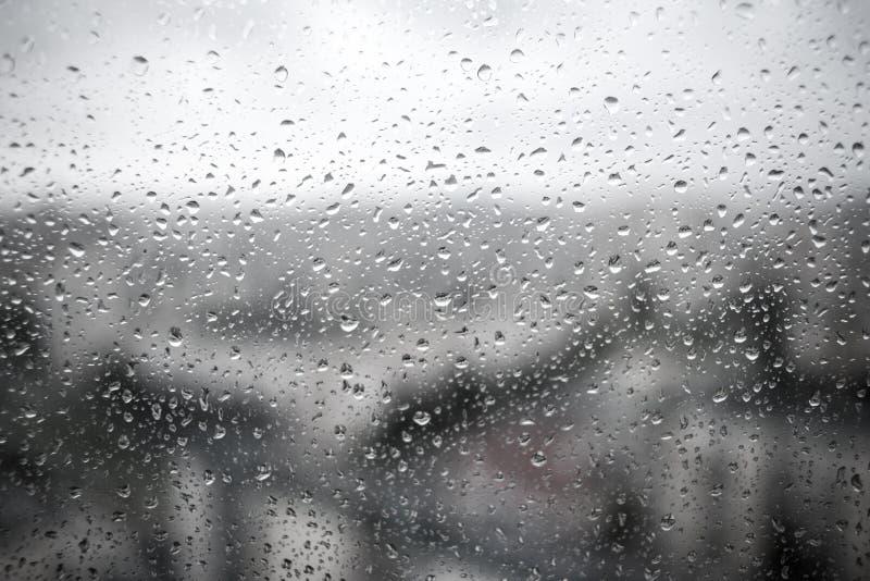Krople deszcz na czarnym dramatycznym nadokiennego szkła tle deszcz obrazy stock