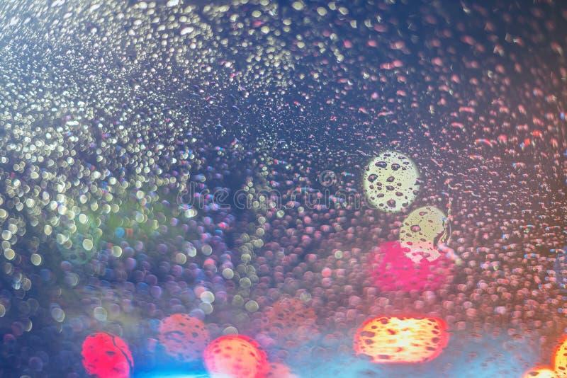 Krople deszcz na okno przy nocą zdjęcia stock