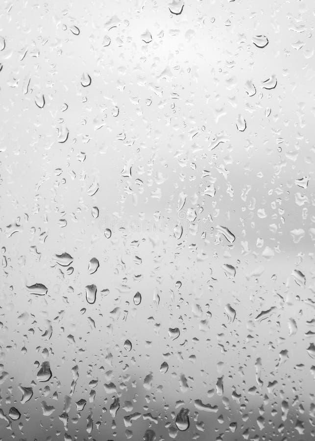 Krople deszcz na tle, kroplach na szkle po akademii królewskich błękitnych szklanych/ obraz royalty free